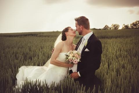Un mariage dans les champs de blé